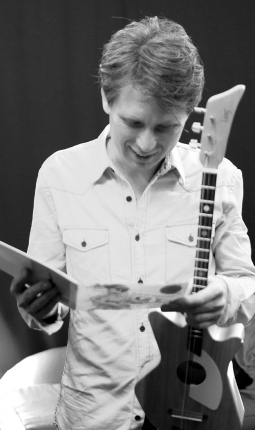 Alex Kapranos with a Loog Guitar - Picture by Nicolás Lejtreger